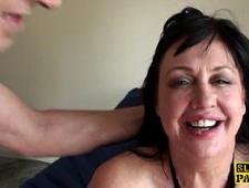 Доводит зрелую бабу до струйного оргазма