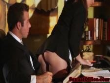 Раздвинула ноги перед сексуальным боссом