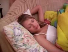 Брат ебет спящую сестру в комнате