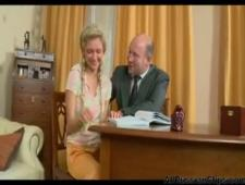Пришла кспреподавателю  по русскому раздвинула ноги
