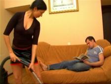 Как русская женщина соблазняет мужа во время уборки