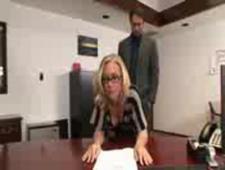 Секретарша не удержалась от ебли с начальником