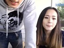 Ебет молодую свою подругу перед камерой