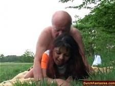 Старик трахает молодую девушку цыганку