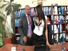 Оттрахал бухгалтершу  за рабочем столом