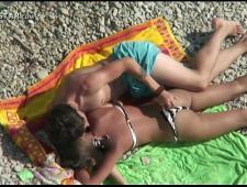Оголенные молодые на берегу моря