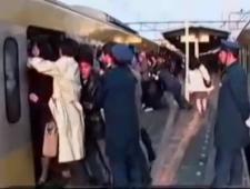Отымел студентку пальчиком во время давки в поезде