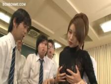 Играет с своей киской при учениках