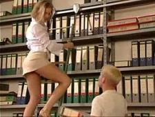 Трахнул библиотекаршу в короткой юбке