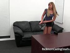 Молодая девушка сосет хуй на кастинге