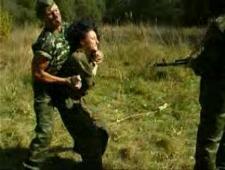 Солдаты ебут молодую девку на лугу