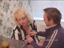 Мамка трахнулась с сыном на кухне