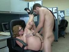 Трахает начальницу в толстый зад