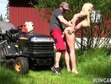 Чувак трахает в деревне свою секси жену