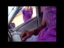 Дрочит в машине на прохожих