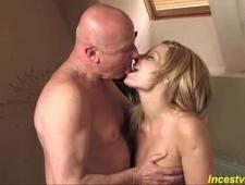 Дед любит периодически ебать свою сексуальную блондинку внучку