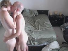 Лысый трахает свою жену перед скрытой камерой
