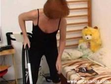 Бабушка трахает внука на маленькой кровати