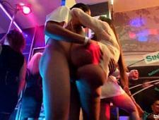 Пьяные девки веселятся в ночном клубе
