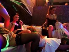 Лесбухи трахаются в ночном клубе