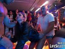 Мужики ебут девушек легкого поведения на вечеринке
