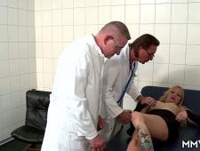 Два доктора трахают в очко мамку