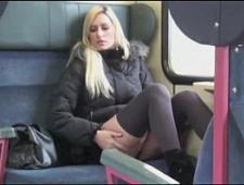 Блондинка мастурбирует в автобусе