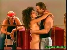 Сучка громко стонет от оргазма