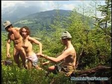 Парни трахают телку в лесу