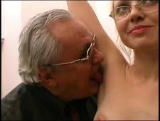 Старик дал на рот молоденькой