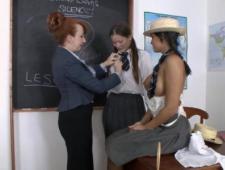 Училка трахнула своих двоих студенток