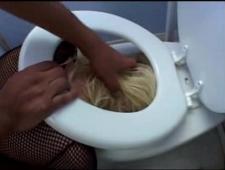 Трахают в туалете по жесткому