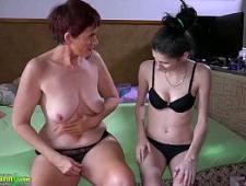 Молодая девушка трахает свою старую мамашку