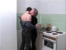 Ебет свою жену на кухне