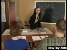 Развратная училка практикует в сексе своих учеников