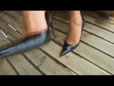 Лижет обувь своей хозяйке потом кончает от ее прикосновения