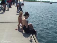 Подруги развлекаются ходят голышом по городу