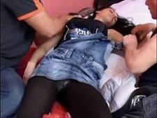 Парни трахнули спящую девушку