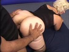 Трахает зрелую блондинку в чулках