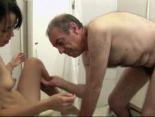 Старый дед трахает древнюю старушку видео