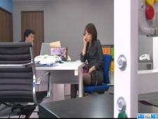 Телочка под столом на работе мастурбировала канцелярскими принадлежностями