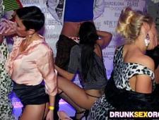 Вечеринка для свингеров в ночном клубе