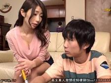 Молодой парень трахает мамку японку
