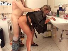 Тетка ебется в ванной с работником