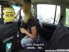 Таксист пересел на заднее сиденье  достал свой член и выебал пассажирку
