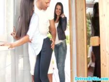 В джакузи трахает двух девчонок через порванные джинсы