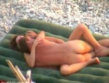 Зрелая парочка резвится на пляже