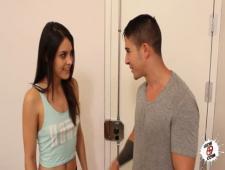 латинка с упругой попкой встретила своего парня в сексуальных шортиках