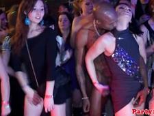 Наглый негр залез в трусики к девушке на вечеринке