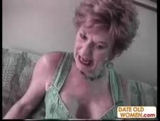 Ебут старушку на коленях в рот